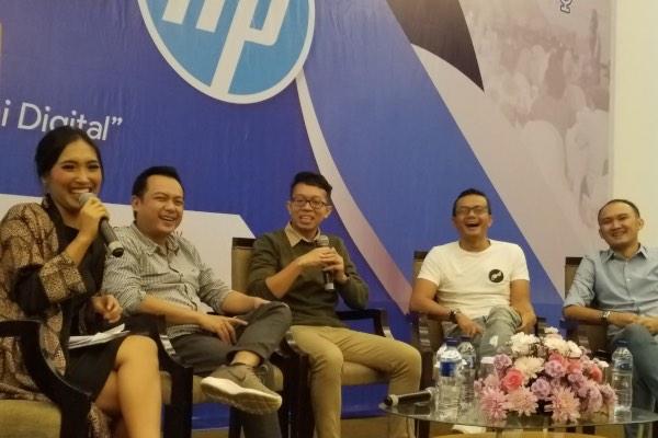 Country Print Marketing Manager HP Indonesia Fajar Hariyanto (kanan) bersama Brand Happines Hero Paxel Alexander Zulkarnain (dua dari kanan), Owner Cokelat Tempe De Konco Yoga Surya Pratama (tengah), dan Founder Qyos Himawan Sutanto (dua dari kiri) pada Bincang Bisnis di Malang, Sabtu (27/4/2019). - Bisnis/Choirul Anam