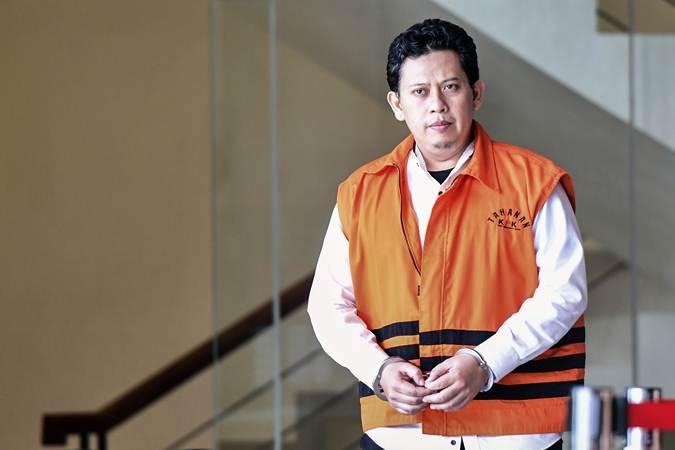 Bupati nonaktif Cianjur Irvan Rivano Muchtar berjalan meninggalkan gedung KPK seusai diperiksa di Jakarta, Selasa (5/3/2019). - ANTARA/Hafidz Mubarak A