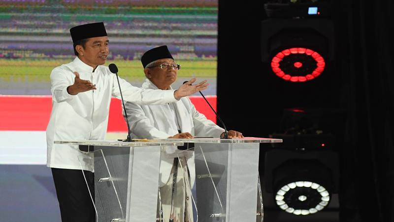 Pasangan capres-cawapres nomor urut 01 Joko Widodo (kiri) dan Ma'ruf Amin saat mengikuti debat kelima Pilpres 2019 di Hotel Sultan, Jakarta, Sabtu (13/4/2019). - Antara