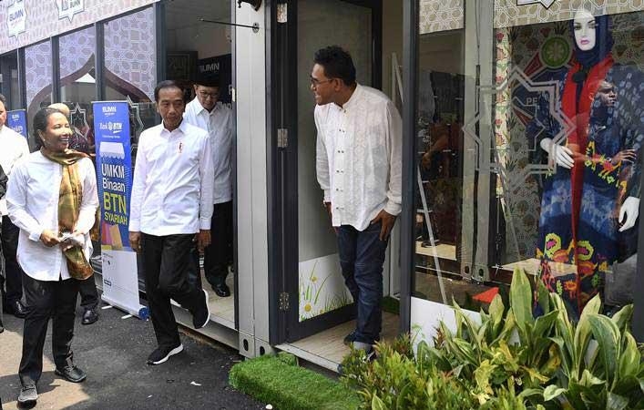 Presiden Joko Widodo (kedua kiri) didampingi Menteri BUMN Rini Soemarno (kanan) dan Menteri Agama Lukman Hakim Saifuddin meninjau gerai Halal Park di kawasan Stadion Utama Gelora Bung Karno, Jakarta, Selasa (16/4/2019). - ANTARA/Puspa Perwitasari
