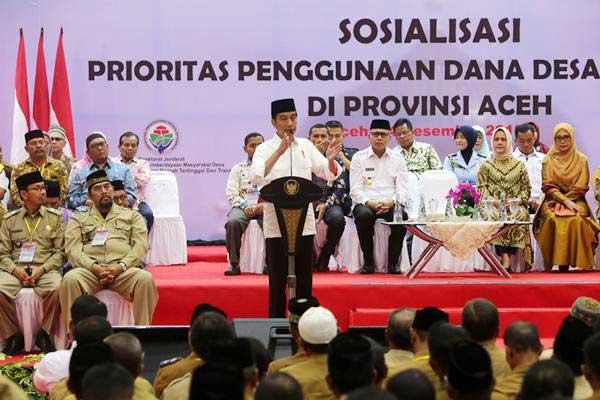 Presiden Joko Widodo menyampaikan sambutan saat sosialisasi prioritas penggunaan dana desa tahun 2019 di Gedung AAC Dayan Dawood Unsyiah, Banda Aceh, Aceh, Jumat (14/12/2018). - ANTARA/Irwansyah Putra