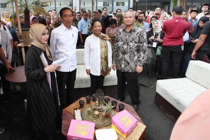 Presiden Joko Widodo (kedua kiri) didampingi Direktur Utama PT Wijaya Karya (Persero) Tbk Tumiyana (kanan), Menteri BUMN Rini Soemarno (kedua kanan), usai meresmikan proyek Halal Park, di Kompleks Gelora Bung Karno (GBK), Jakarta, Selasa (16/4/2019). - Bisnis/Dedi Gunawan