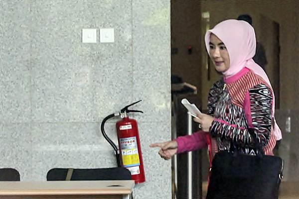 Dirut Pertamina Nicke Widyawati berjalan untuk menjalani pemeriksaan di gedung KPK, Jakarta, Senin (17/9/2018). - ANTARA/Muhammad Adimaja