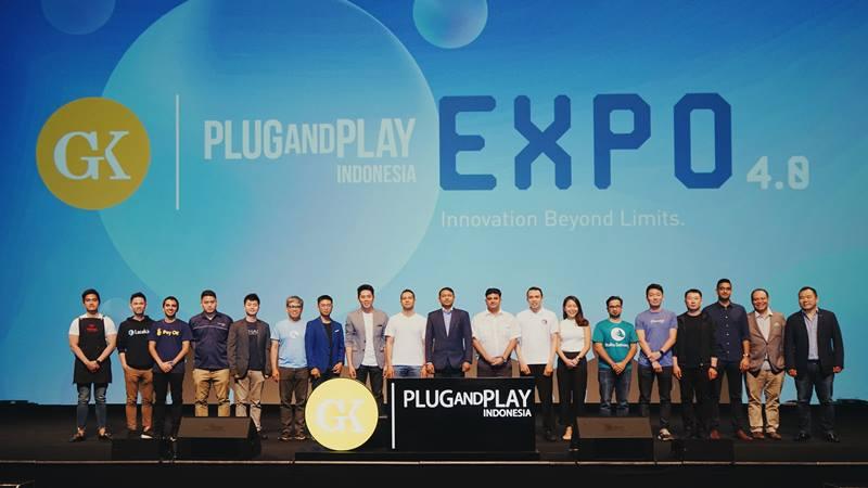 Founder startup binaan GK/Plug and Play Indonesia batch 4 (dari kiri) Kaesang Pangarep (Ternakopi); Danny (Lacak.io); Jayant (PayOK); Danny (Logicnesia); Vincent (Bizhare); Dom Danao (Magpie); Wesley Harjono (Managing Partner GK/Plug and Play Indonesia); Dennis (Redkendi); Anurag (Vymo); Dev Chamdani (Intello Labs); Sigit (ATM Sehat); Val (PolicyPal); Karan (Rara Delivery); Yusho (Coinhako); Bin An (Aquifi); Anirudh (Bandingin); Jojo Moyes (Co/Founder PnP); dan Jupe Tan (Managing Partner PnP Asia Pasifik))