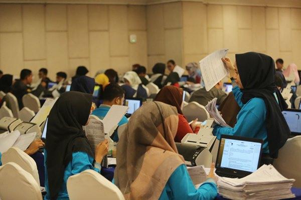 Pekerja memasukkan data ke Sistem Informasi Penghitungan (Situng) DKI Jakarta di Hotel Merlyn Park, Jakarta, Minggu (21/4/2019). Hasil penghitungan suara Pemilu Presiden (Pilpres) 2019 yang dimuat dalam Situng milik KPU masih terus bergerak dan ditampilkan dalam portal pemilu2019.kpu.go.id ANTARA FOTO - Reno Esnir