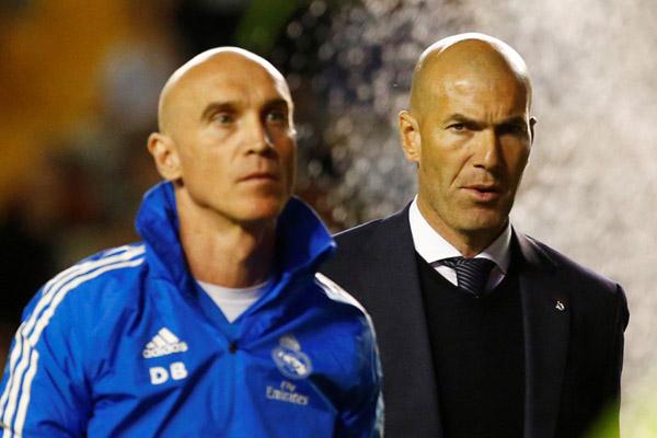 Reaksi pelatih Real Madrid Zinedine Zidane (kanan) ketika tim asuhannya ditekuk klub papan vawah Rayo Vallecano 0 - 1. - Reuters/Javier Barbancho