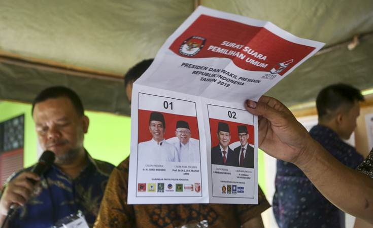 Petugas KPPS melakukan penghitungan suara Pilpres di TPS 222 Panti Sosial Bina Laras Harapan Sentosa 1 Cengkareng, Jakarta Barat, DKI Jakarta, Rabu (17/4/2019). - ANTARA/Nova Wahyudi
