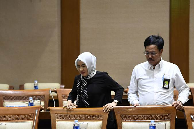 Dirut Pertamina Nicke Widyawati (kiri) bersama Direktur Pemasaran Retail Mas'ud Khamid bersiap mengikuti Rapat Dengar Pendapat (RDP) dengan Komisi VII DPR di Kompleks Parlemen, Senayan, Jakarta, Rabu (6/3/2019). - ANTARA/Puspa Perwitasari