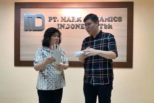 Chief Executive Officer PT Mark Dynamics Indonesia Tbk. (MARK) Ridwan Goh (kanan) menjelaskan tentang program peningkatan kapasitas pabrik kepada Presiden Direktur Bisnis Indonesia Group Lulu Terianto saat melakukan kunjungan ke pabrik di Tanjung Morawa, Senin (15/4/2019). - Bisnis/M. Abdi Amna