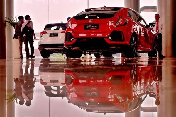 Ilustrasi-Calon pembeli mencari informasi tentang mobil baru usai peresmian diler Honda  - JIBI/Nurul Hidayat