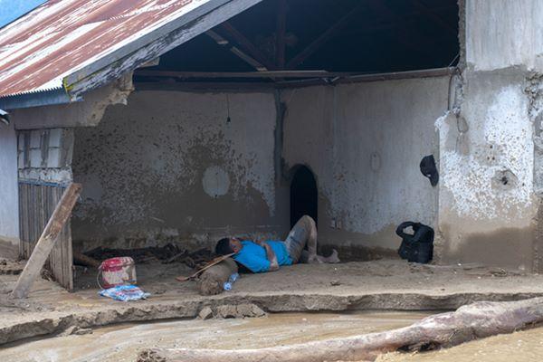 Seorang warga korban banjir bandang tertidur di timbunan lumpur di rumahnya di Desa Bangga, Dolo Selatan, Sigi, Sulawesi Tengah, Senin (29/4/2019). Meskipun banjir telah surut dan menyisakan lumpur tebal, namun korban yang masih bertahan kekurangan bahan makanan, pakaian, dan selimut. ANTARA FOTO/Basri Marzuki - foc.