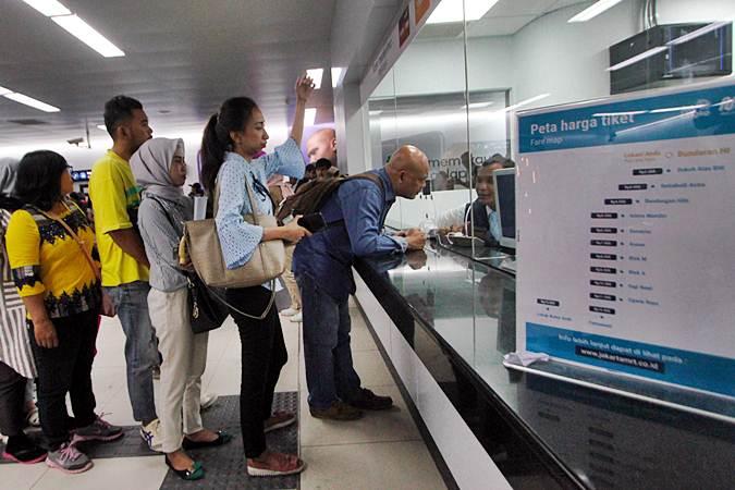 Penumpang antre membeli tiket untuk menaiki Moda Raya Terpadu (MRT) di Stasiun Bundaran HI, Jakarta, Senin (1/4/2019). - Bisnis/Abdullah Azzam