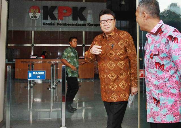 Mendagri Tjahjo Kumolo (tengah) berjalan keluar Gedung KPK usai menjalani pemeriksaan di Jakarta, Jumat (25/1/2019). - ANTARA/Reno Esnir