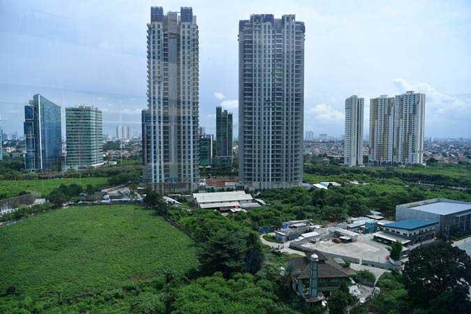 Sejumlah gedung bertingkat berada di antara ruang terbuka hijau (RTH) di kawasan Rasuna Said, Jakarta Selatan, Jumat (15/2/2019). - ANTARA FOTO/Sigid Kurniawan