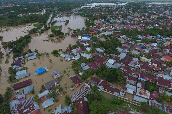 Foto udara kawasan terdampak banjir di perumahan kawasan Balai kota, Bengkulu, Sabtu 27 April 2019). - Antara/David Muharmansyah