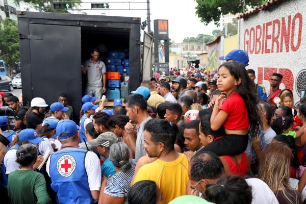 Palang Merah Venezuela membagikan air dan pil pemurni air kepada warga Venezuela - Reuters/Manaure Quintero