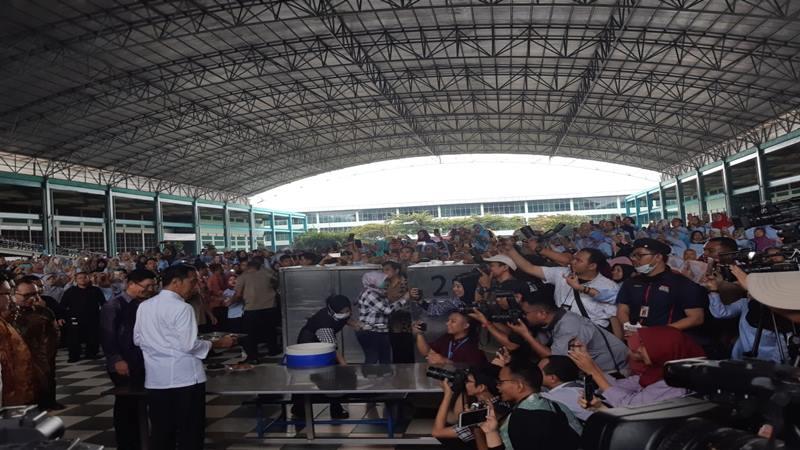 Presiden Joko Widodo atau Jokowi maka siang di PT KMK Global Sport I Cikupa, Tangerang, Banten, Selasa (30/4/2019). JIBI/Bisnis - Yodie Herdiyan
