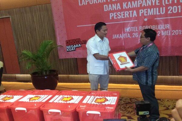Bendahara Umum Gerindra Thomas M. Djiwandono (kiri) saat menyerahkan laporan penerimaan dan pengeluaran dana kampanye di Jakarta, Selasa (30/4 - 2019).
