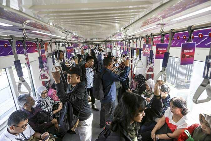 Penumpang menaiki kereta MRT pada hari pertama fase operasi secara komersial (berbayar) di Stasiun MRT Lebak Bulus, Jakarta, Senin (1/4/2019). - ANTARA/Nova Wahyudi