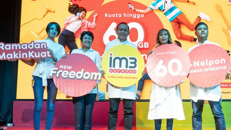 President Director & CEO Indosat Ooredoo, Chris Kanter (tengah) saat berfoto bersama Chief Business Officer, Intan Abdams Katoppo (dua dari kiri), Group Head Retail & Device Management, Radhia Bendhifi (paling kiri), Group Head Core Proposition, Evelyn Jimenez (dua dari kanan), dan Group Head Branding Management & Strategy, Fahroni Arifin (paling kanan) di peluncuran paket New Freedom di Jakarta (29/4/2019). - dok. Indosat