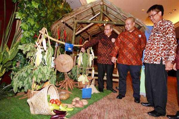 Wakil Ketua Dewan Komisioner OJK Rahmat Waluyanto (dari kiri) berbincang dengan CEO & Co-Founder TaniHub dan TaniFund Ivan Arie Sustiawan dan Direktur Bank Bukopin Adhi Brahmantya saat peluncuran TaniFund di Jakarta, Selasa(18/7). - JIBI/Abdullah Azzam