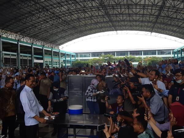 Presiden Jokowi makan siang bersama buruh pabrik sepatu di PT KMK Global Sport I, Cikupa, Tangerang, Banten, Selasa (29/4/2019). - Bisnis/Yodie Hardiyan