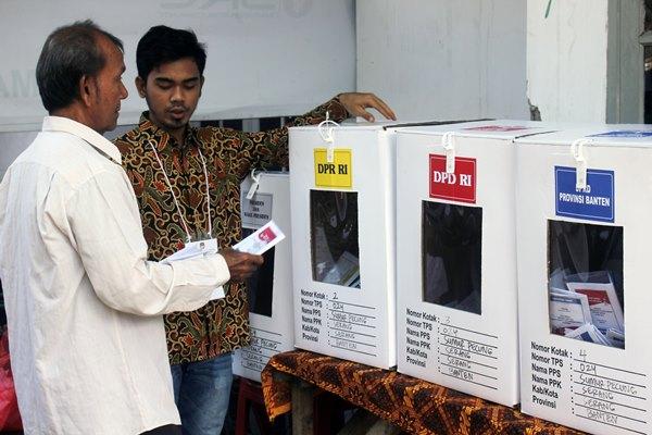 Warga memegang kertas suara yang telah dicoblos saat pemungutan suara ulang (PSU) Pemilu 2019 di TPS 024, Ciloang, Serang, Banten, Minggu (21/4/2019). - ANTARA/Weli Ayu Rejeki