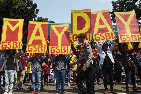 Massa menggelar aksi unjuk rasa memperingati Hari Buruh Internasional atau May Day 2018 di Jakarta, Selasa (1/5/2018). - ANTARA/Akbar Nugroho Gumay