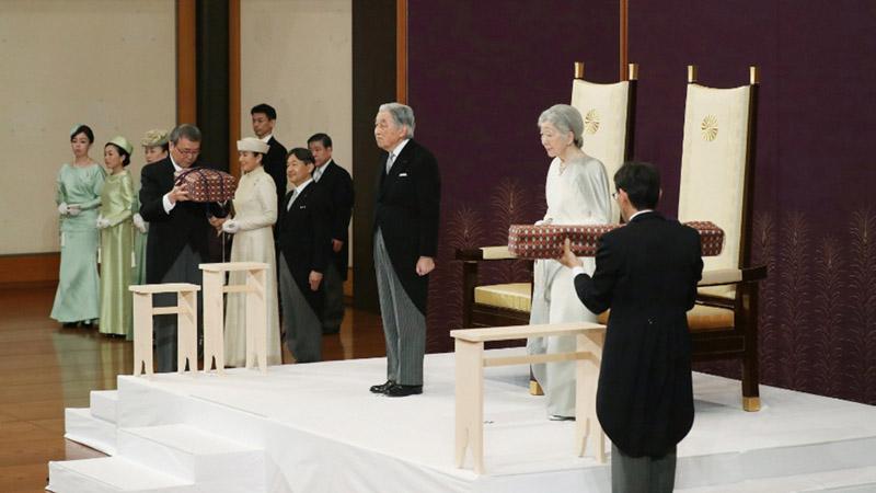 Kaisar Jepang Akihito (tengah) dan Permaisuri Michiko menghadiri ritual yang disebut Taiirei-Seiden-no-gi, upacara turun takhta Kaisar, dengan para pejabat Badan Rumah Tangga Kekaisaran membawa dua dari apa yang disebut sebagai Tiga Harta Karun Jepang, di Istana Kekaisaran di Tokyo, Jepang, pada Selasa (30/4/2019). - Reuters
