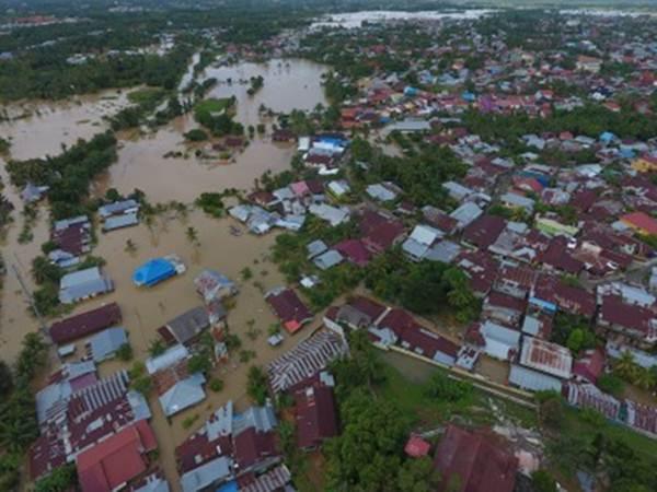 Foto udara kawasan terdampak banjir di perumahan kawasan Balai kota, Bengkulu, Sabtu (27/4/2019). Tingginya intensitas hujan dua hari terakhir serta meluapnya volume sungai Bengkulu mengakibatkan banjir setinggi 100 - 175 cm di sejumlah titik rawan banjir di kota dan kabupaten se-provinsi Bengkulu diantaranya Bengkulu Selatan, Kepahyang, Rejang Lebong, Lebong, Bengkulu Utara, Muko - Muko, dan Seluma. - ANTARA/David Muharmansyah