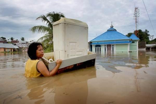 Warga mengevakuasi perabotan rumah tangga saat banjir di daerah perumahan Sawah Lebar Baru Balai Kota Bengkulu, Bengkulu, Sabtu (27/4/2019). - Antara/David Muharmansyah