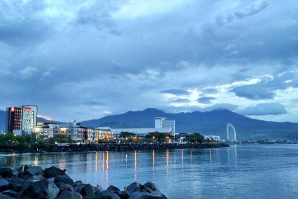 Suasana pusat perbelanjaan dan hotel di kawasan Boulevard of Business, Jalan Pierre Tendean Manado. - Istimewa