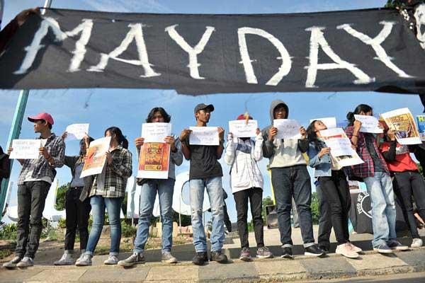 Sejumlah aktivis dan buruh berunjuk rasa saat memperingati Hari Buruh Internasional di Jambi, Selasa (1/5/2018)./ANTARA FOTO - Wahdi Septiawan