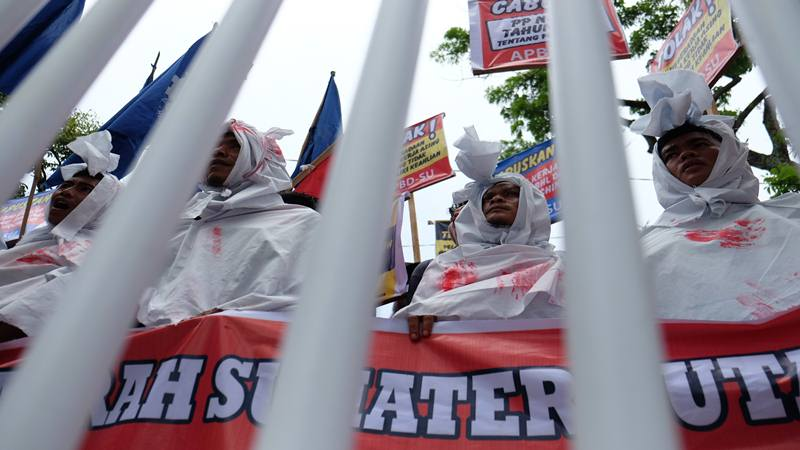 Sejumlah buruh yang tergabung dalam Aliansi Pekerja Buruh Daerah Sumut (APBD-SU) berunjuk rasa dengan memakai kain
