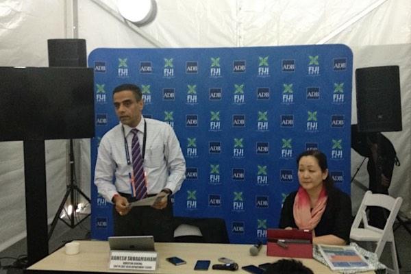 Direktur Jenderal Asia Tenggara Asian Development Bank (ADB) Ramesh Subramaniam (kiri) memberikan keterangan mengenai perkembangan portofolio pembiayaan Indonesia di sela-sela 52nd ADB Annual Meeting 2019 di Nadi, Fiji, Rabu (1/5/2019). - Bisnis/Farodlilah Muqoddam