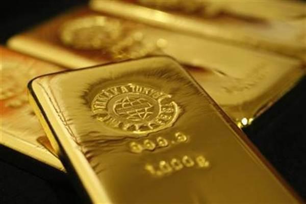 Model memerlihatkan aneka ukuran emas yang dijual di gerai layanan penjualan emas Aneka Tambang (Antam), di Kantor Pos Malang, Jawa Timur, Senin (6/2). - Antara/Ari Bowo Sucipto