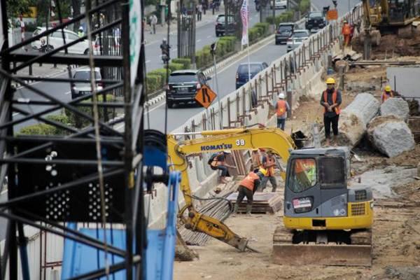 Ilustrasi - Pekerja beraktivvitas di proyek LRT di Jakarta, Selasa (29/8). - JIBI/Felix Jody Kinarwan