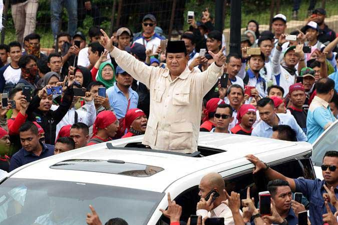 Calon Presiden nomor urut 02 Prabowo Subianto (tengah) meninggalkan lokasi seusai menghadiri aksi peringatan Hari Buruh Internasional (May Day) di Tenis Indoor Senayan, Jakarta, Rabu (1/5/2019). - ANTARA/Rivan Awal Lingga