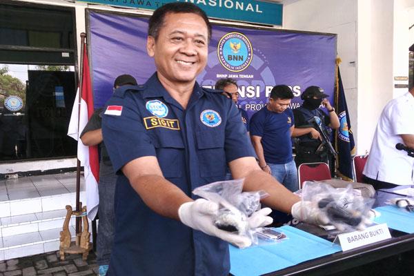 Seorang petugas BNN Jateng menunjukkan barang bukti berupa sabu-sabu yang diselundupkan tersangka dari Batam di dalam anus saat gelar perkara di Kantor BNN Jateng, Kota Semarang, Kamis (2/5 - 2019). (Semarangpos.com/Imam Yuda S.)