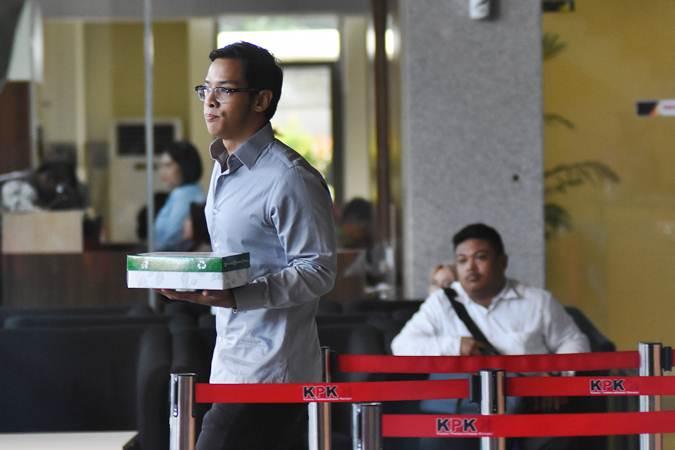Komisaris PT Skydweller Indonesia Mandiri, Rheza Herwindo meninggalkan gedung KPK seusai menjalani pemeriksaan di Jakarta, Kamis (2/5/2019). - ANTARA/Indrianto Eko Suwarso