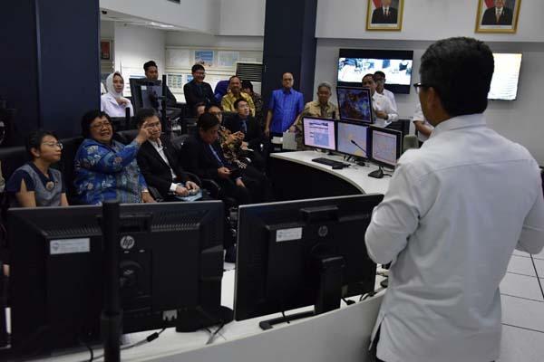 Menteri Lingkungan Hidup dan Kehutanan Siti Nurbaya (kedua kiri) mengajak para dubes/wakil tetap untuk negara Asean berkunjung ke Kantor Badan Meteorologi, Klimatologi, dan Geofisika (BMKG) di Kemayoran, Jakarta Pusat, Kamis (2/5/2019). - Istimewa