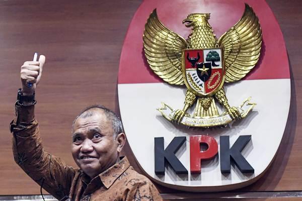 Ketua KPK Agus Rahardjo mengacungkan jempol seusai menyampaikan keterangan pers mengenai penyidikan perkara korupsi infrastruktur, di gedung KPK, Jakarta, Senin (17/12/18). - ANTARA/Hafidz Mubarak A