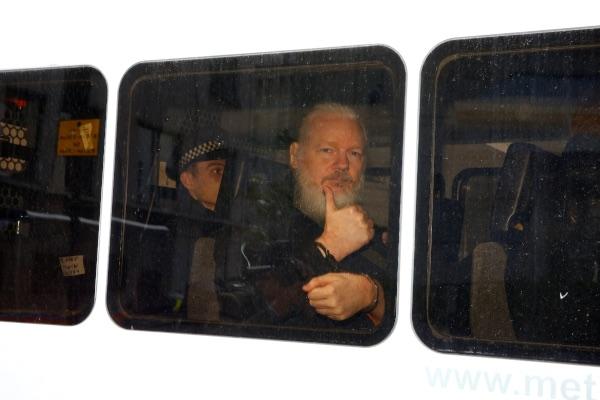 Pendiri WikiLeaks Julian Assange terlihat di dalam mobil polisi setelah ditangkap oleh Kepolisian Inggris di luar Kedutaan Besar Ekuador di London, Inggris, Kamis (11/4/2019). - Reuters/Henry Nicholls