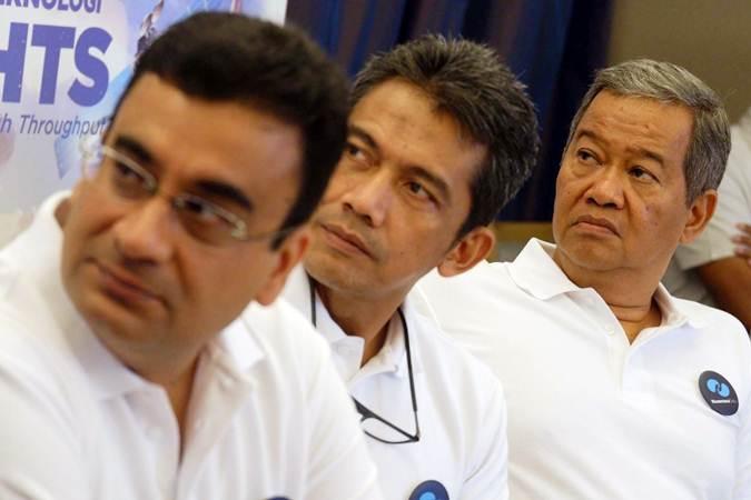 Direktur Utama PT Pasifik Satelit Nusantara (PSN) Adi Rahman Adiwoso (dari kanan), Direktur Jaringan Heru Dwikartono dan Direktur Keuangan Ravi Talwar memberikan penjelasan pada jumpa pers di Jakarta, Rabu (23/1/2019). - Bisnis/Nurul Hidayat