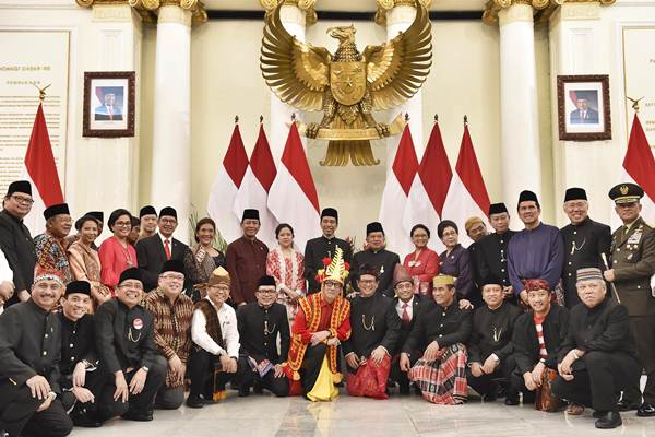 Presiden Joko Widodo (tengah) bersama Wakil Presiden Jusuf Kalla berfoto bersama dengan para Menteri Kabinet Kerja usai peringatan Hari Lahir Pancasila di halaman Gedung Pancasila Kementerian Luar Negeri, Jakarta, Kamis (1/6). - Antara/Puspa Perwitasari