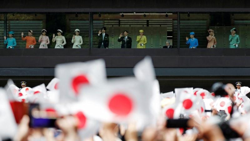 Kaisar Naruhito (tengah), didampingi Permaisuri Masako, Putra Mahkota Akishino, Putri Kiko, dan anggota Kekaisaran Jepang lainnya memberi salam kepada publik di Istana Kekaisaran Jepang di Tokyo, Jepang, Sabtu (4/5/2019). - Reuters/Issei Kato