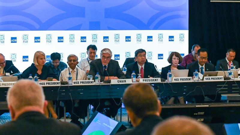 Presiden Asian Development Bank (ADB) Takehiko Nakao (ketiga kanan) dalam ADF Donors Consultation Meeting, salah satu rangkaian acara ADB Annual Meeting 2019 di Nadi, Fiji, Rabu (1/5/2019). - Dok. ADB