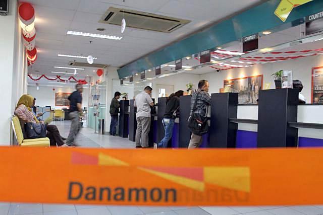 Nasabah bertransaksi di Bank Danamon - Bisnis/Paulus Tandi Bone