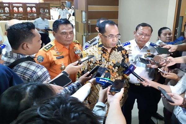 Menteri Perhubungan Budi Karya Sumadi (tengah) menjawab pertanyaan wartawan di Jakarta, Senin (22/4/2019). - Bisnis/Rinaldi M. Azka