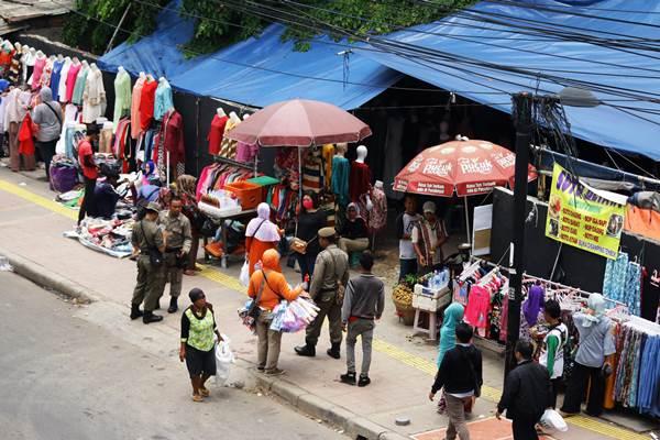 Ilustrasi-Sejumlah petugas Satpol PP berjaga di atas trotoar - ANTARA FOTO/Rivan Awal Lingga